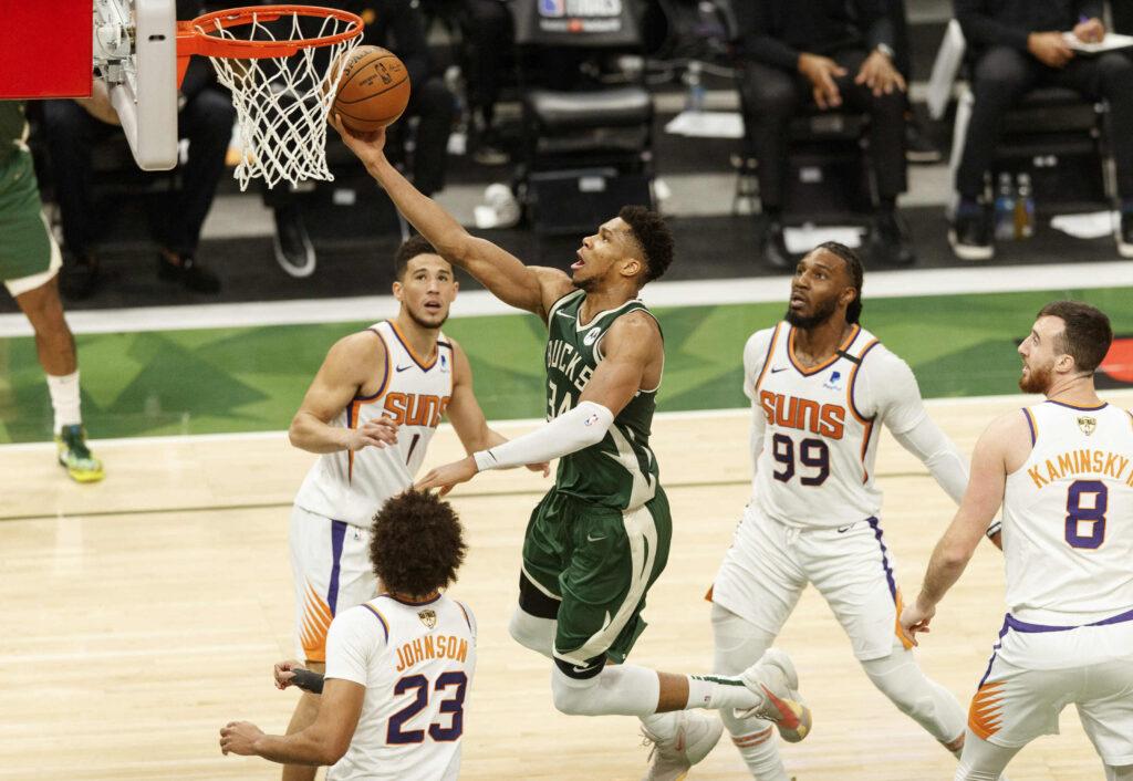 Bucks-Suns Game 3: Αφηνιασμένος Αντετοκούνμπο, πλέον όχι μόνος του…